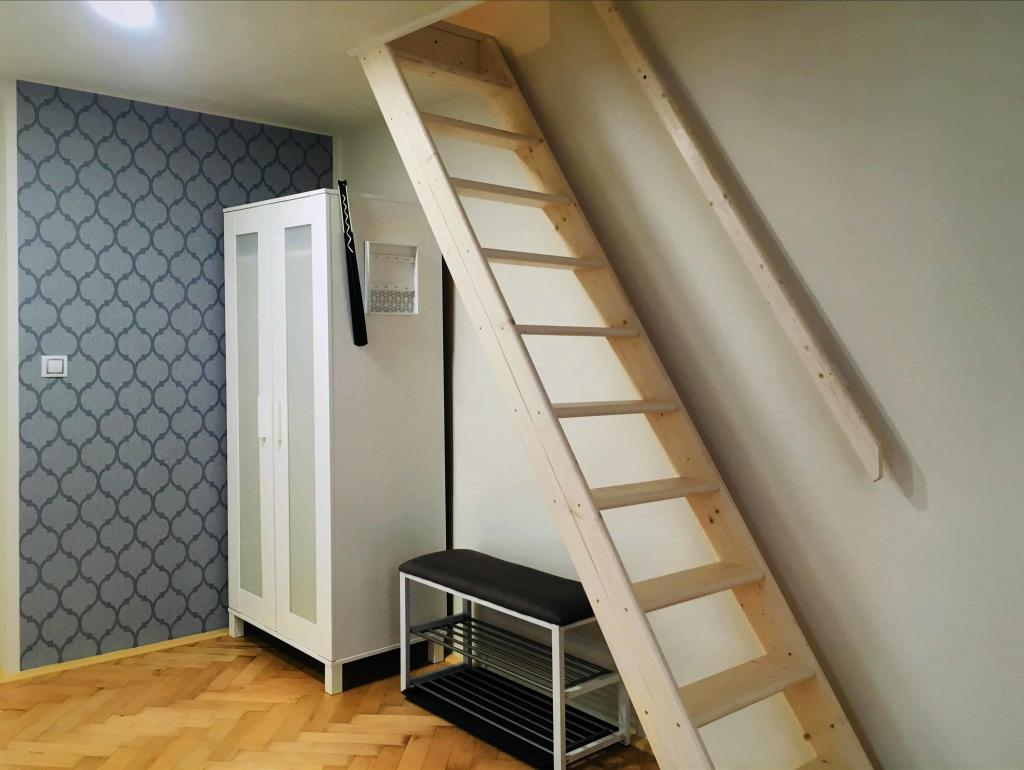 Marienbad Apartment Yard View steps to floor bed