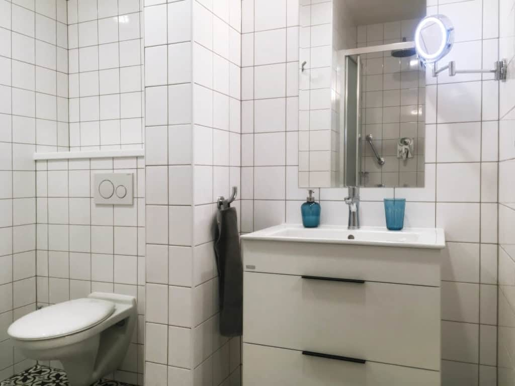 Marienbad Apartment Yard View bathroom