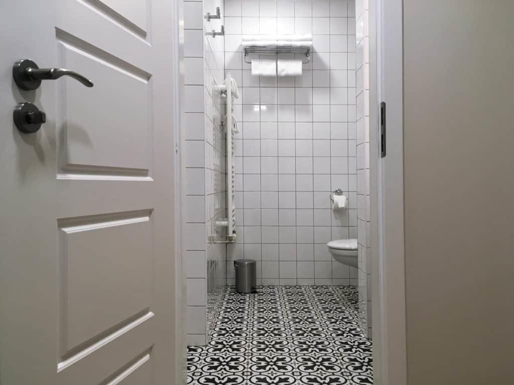 Marienbad Apartment Yard View bathroom overview