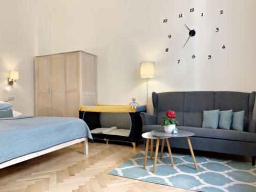 Marienbad Apartment kuchyně obývací pokoj a dětská postýlka